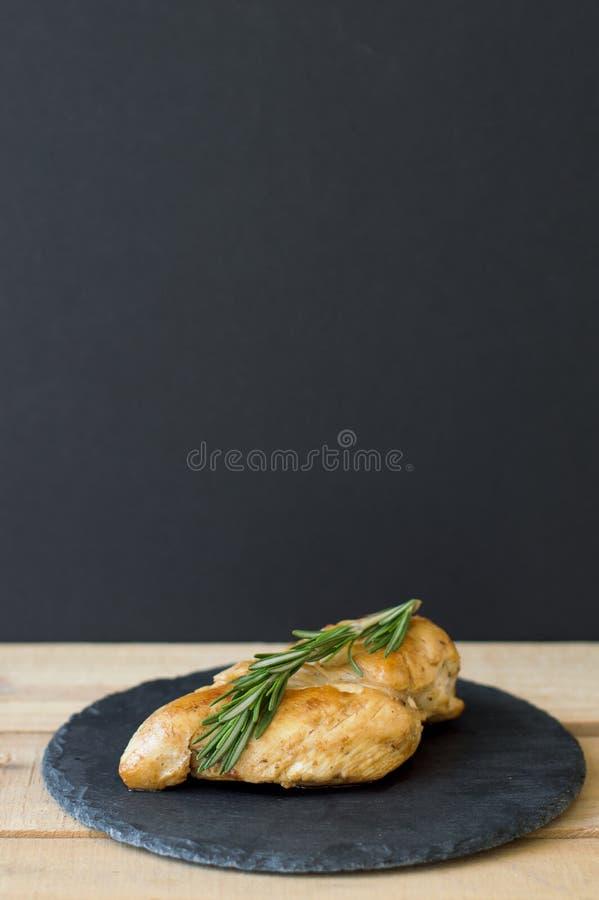 Verticale achtergrond met geroosterde kippenborst stock afbeeldingen