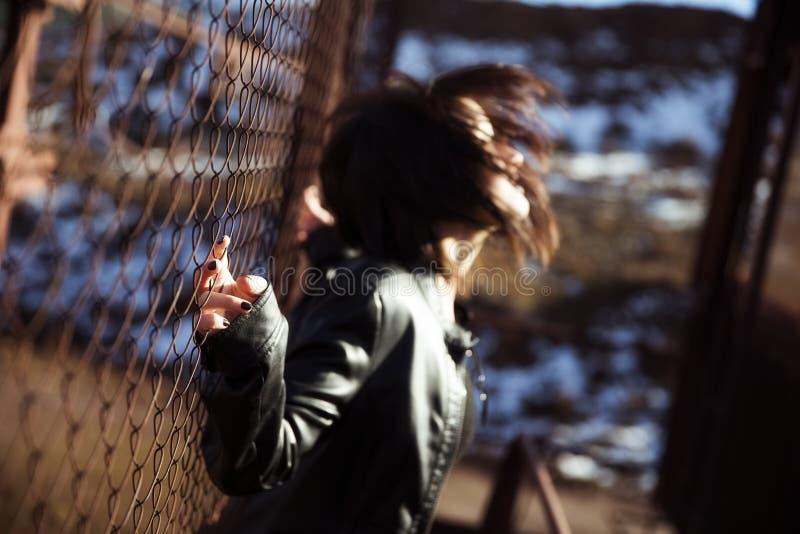 Verticale anonyme de femme au-dessus de frontière de sécurité image stock