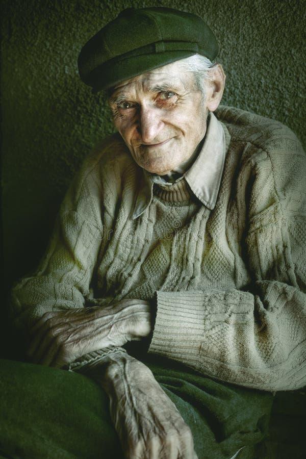 Verticale artistique de vieil homme aîné photographie stock libre de droits