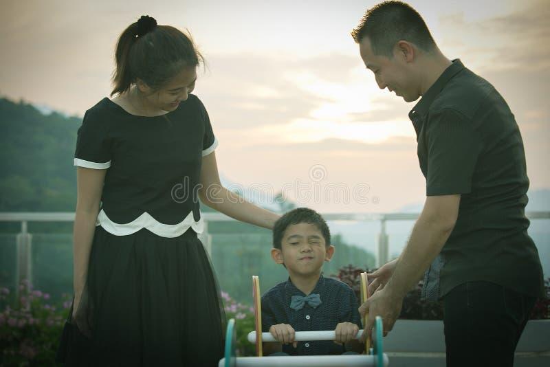Download Verticale Asiatique De Famille Photo stock - Image du famille, gosse: 45363006