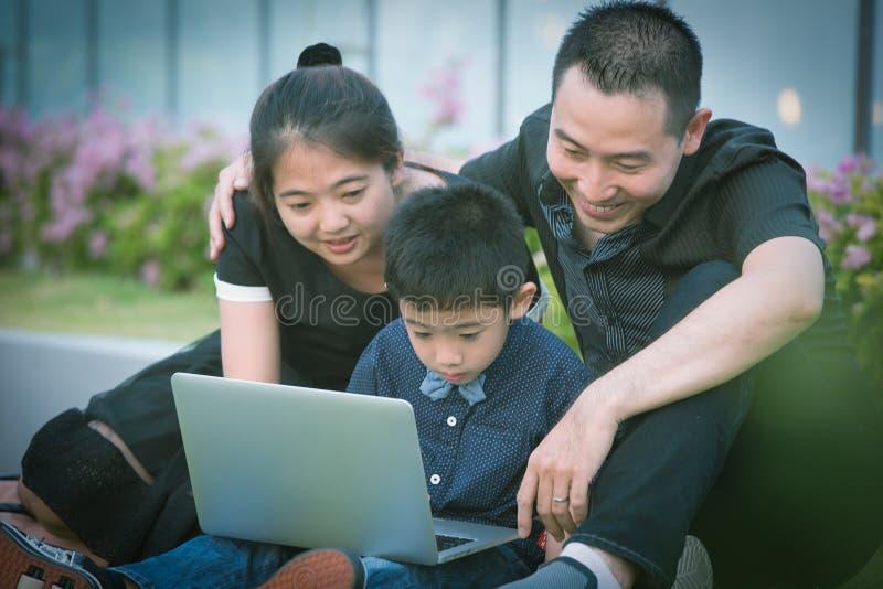 Download Verticale Asiatique De Famille Photo stock - Image du personnes, asiatique: 45363024