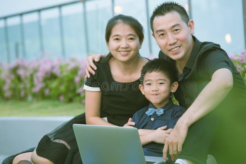 Download Verticale Asiatique De Famille Photo stock - Image du heureux, chinois: 45363038