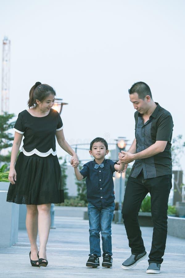Download Verticale Asiatique De Famille Photo stock - Image du couples, rétablissement: 45363078