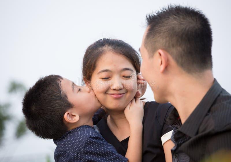 Download Verticale Asiatique De Famille Image stock - Image du regarder, divan: 45363147