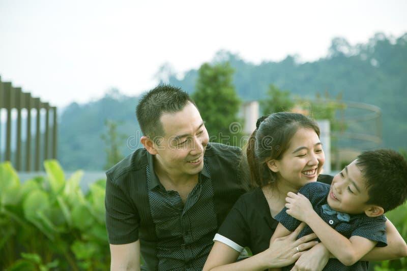 Download Verticale Asiatique De Famille Photo stock - Image du hong, garçon: 45363202