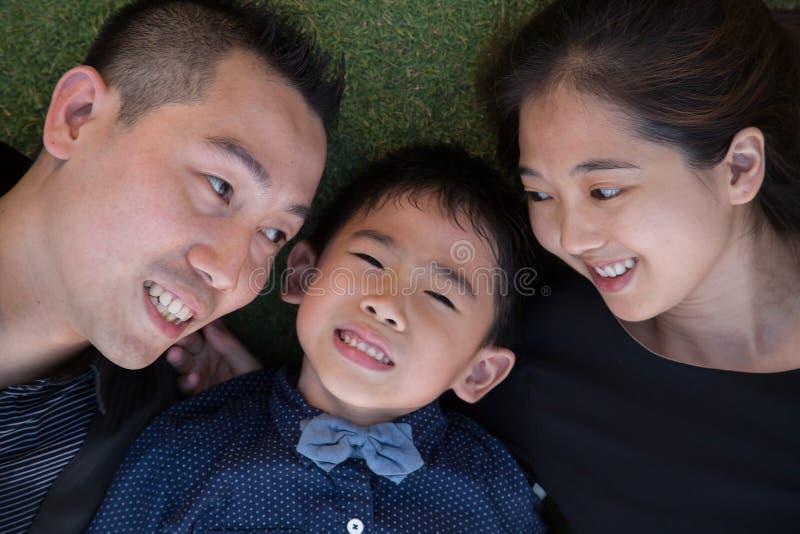 Download Verticale Asiatique De Famille Photo stock - Image du asiatique, père: 45363322