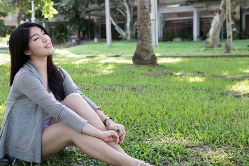 Verticale asiatique de femme jeune adulte féminin avec le maquillage naturel au sujet de photos stock
