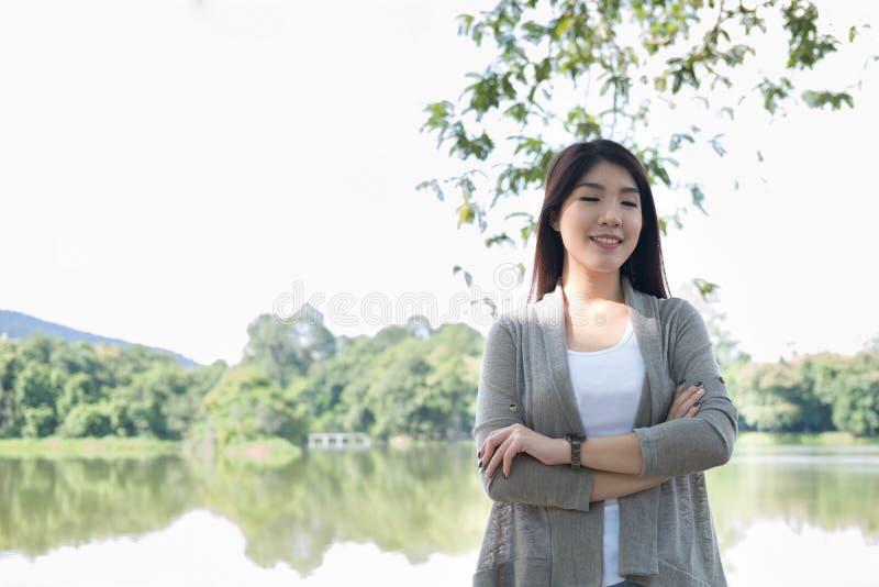 Verticale asiatique de femme jeune adulte féminin avec le maquillage naturel au sujet de images libres de droits
