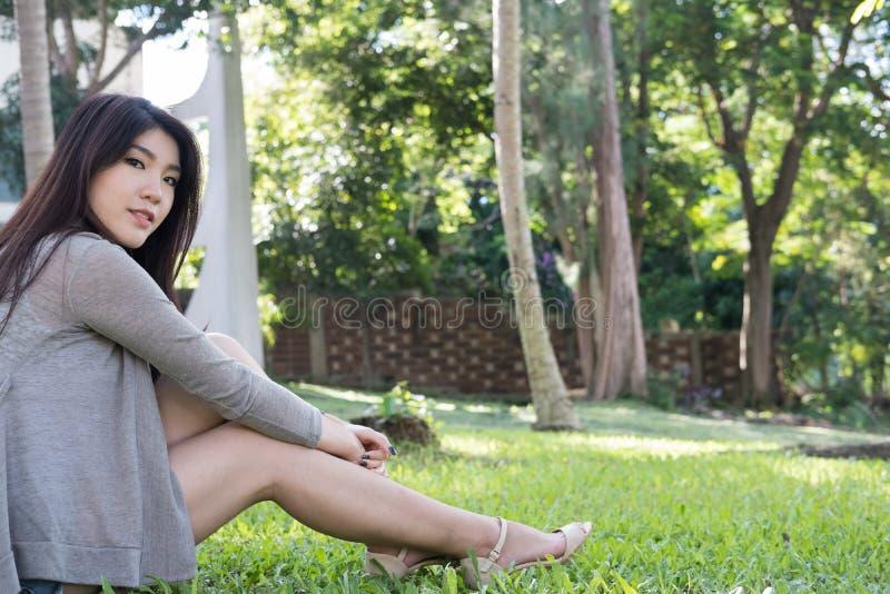 Verticale asiatique de femme jeune adulte féminin avec le maquillage naturel au sujet de photo stock
