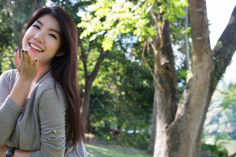 Verticale asiatique de femme jeune adulte féminin avec le maquillage naturel au sujet de photos libres de droits
