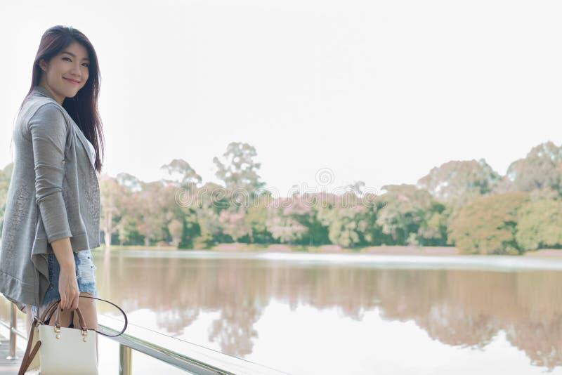 Verticale asiatique de femme jeune adulte féminin avec le maquillage naturel au sujet de image stock