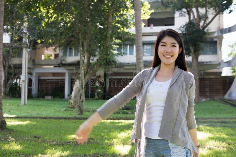 Verticale asiatique de femme jeune adulte féminin avec le maquillage naturel au sujet de images stock