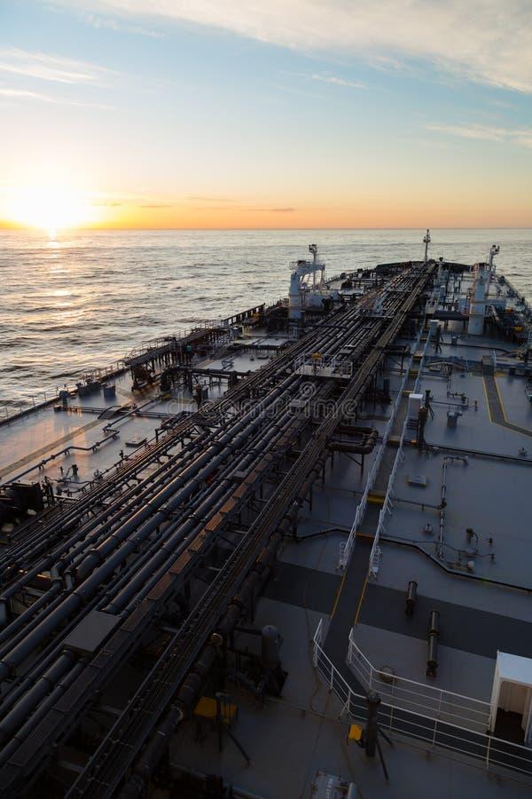 Verticale beeldolietanker in oceaan wanneer zonsondergang royalty-vrije stock foto's
