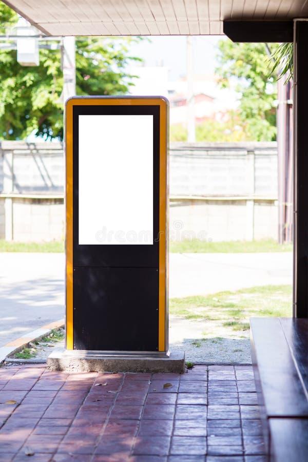 verticale bianco dello schermo del grande tabellone per le affissioni LED dello spazio in bianco eccezionale nella città sulla vi immagini stock