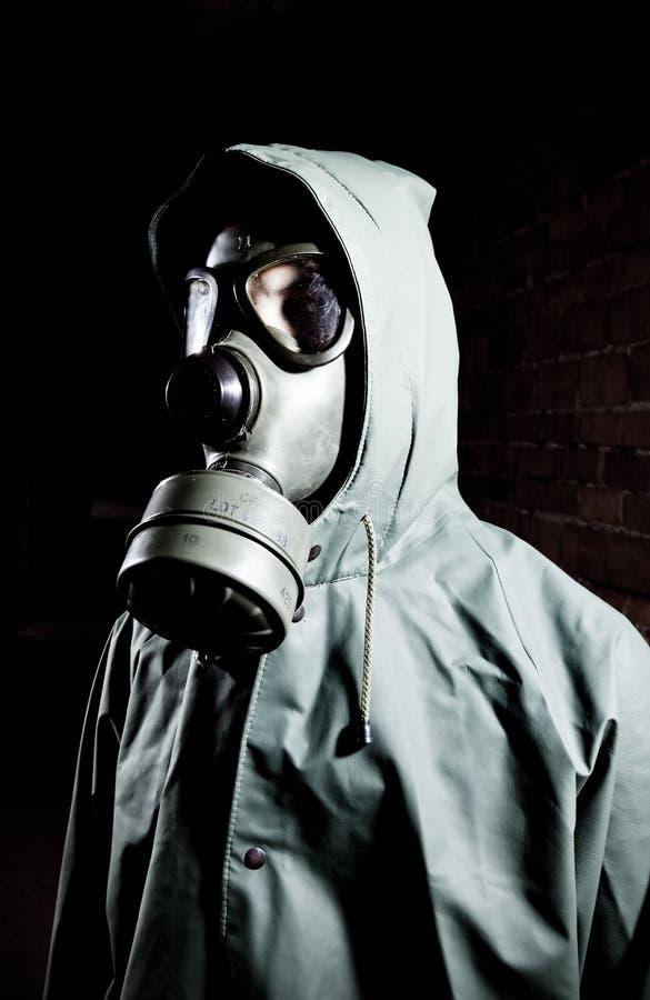 Verticale bizarre de l'homme dans le masque de gaz photo stock