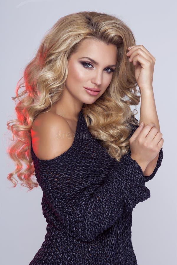 Verticale blonde de femme de beauté photographie stock libre de droits