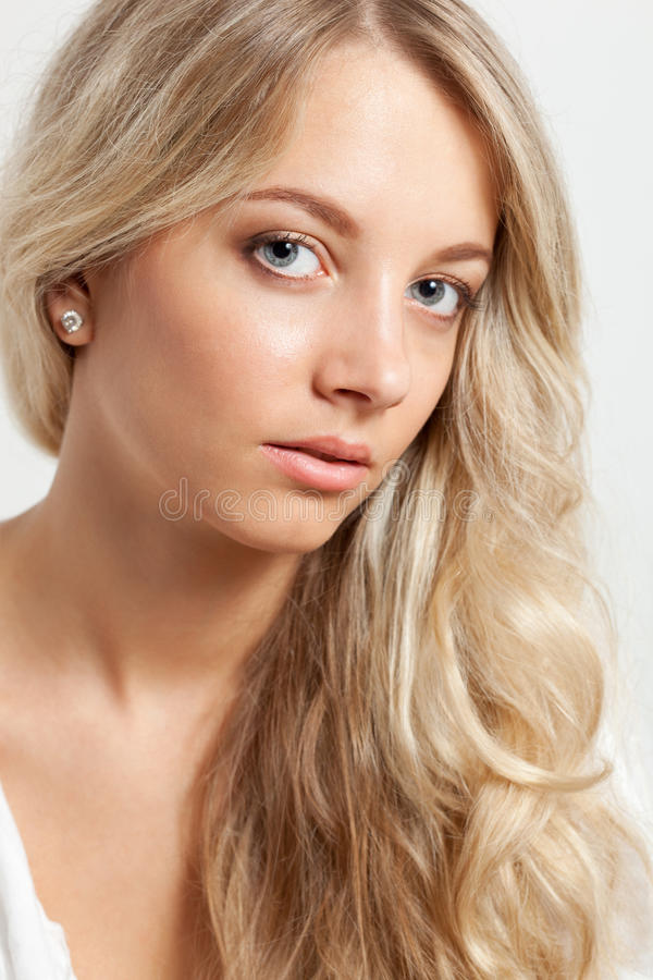 Verticale blonde de visage de plan rapproché de femme photographie stock libre de droits