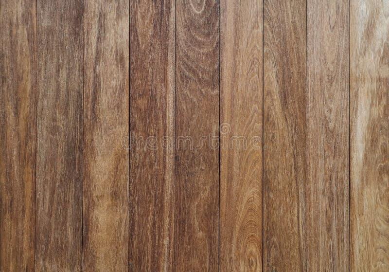 Verticale bruine houten muur - de Bruine houten achtergrond, werd de muren van het bruine blokhuis genageld mooi te zijn stock foto