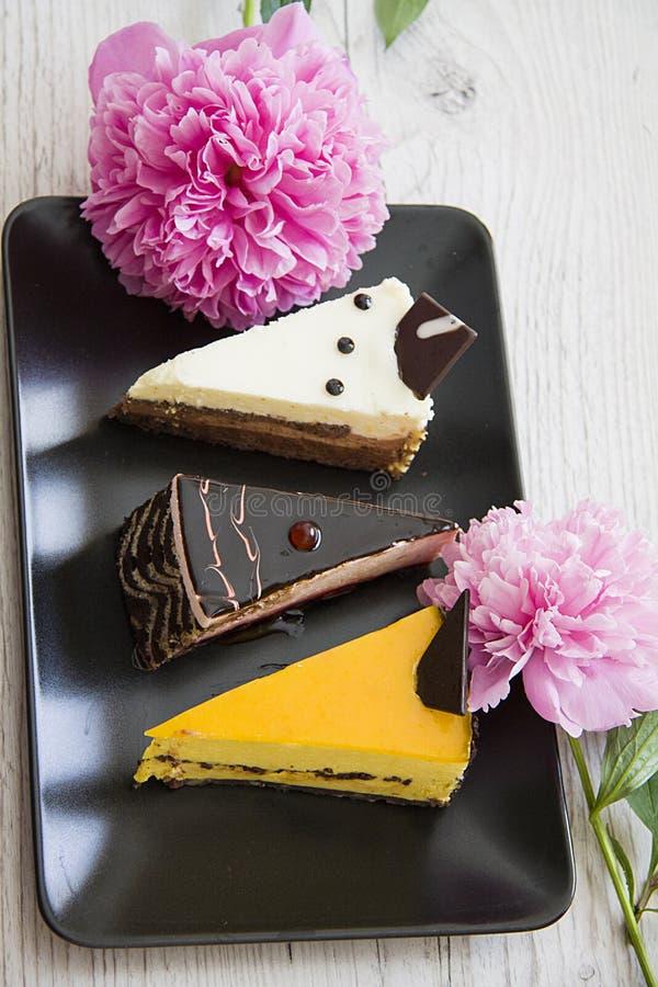 Verticale close-up van cakes en pioen royalty-vrije stock afbeelding