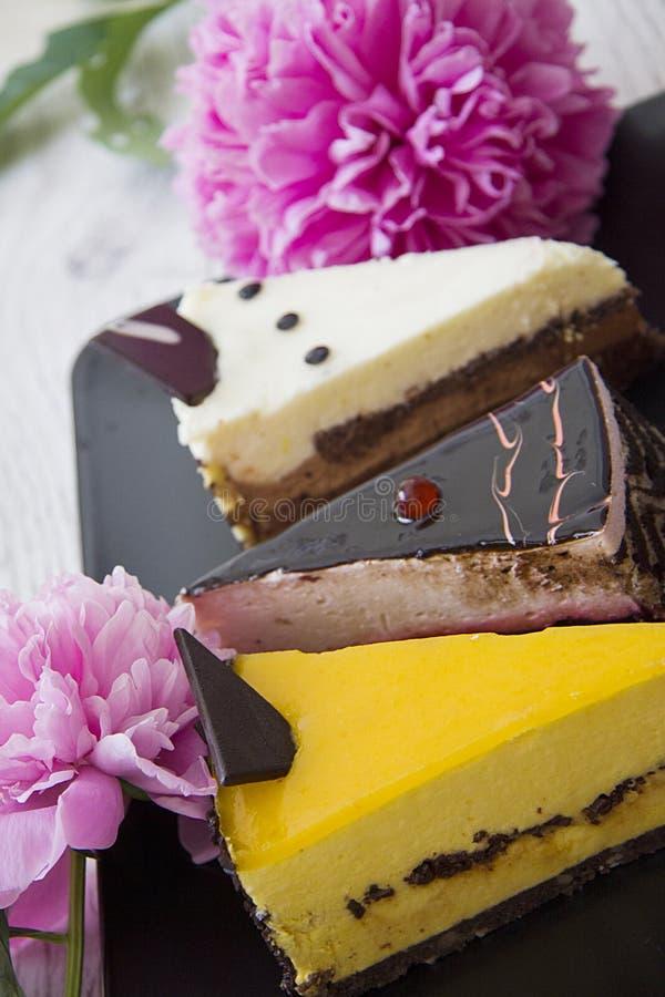 Verticale close-up van cakes en pioen stock afbeelding