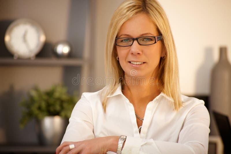 verticale confiante de femme d'affaires photo libre de droits