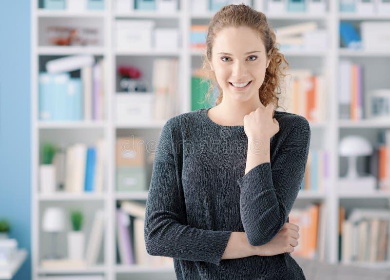 Verticale confiante de jeune femme images stock