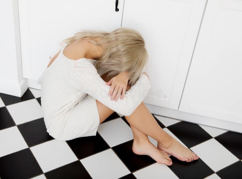 Verticale déprimée de femme images stock