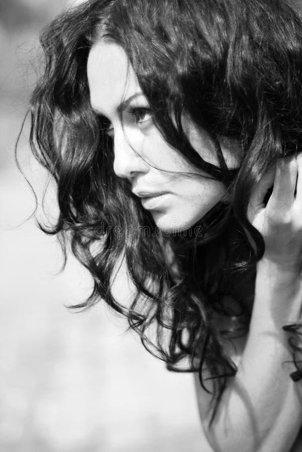 Verticale désaturée de jeune femme de beauté photographie stock