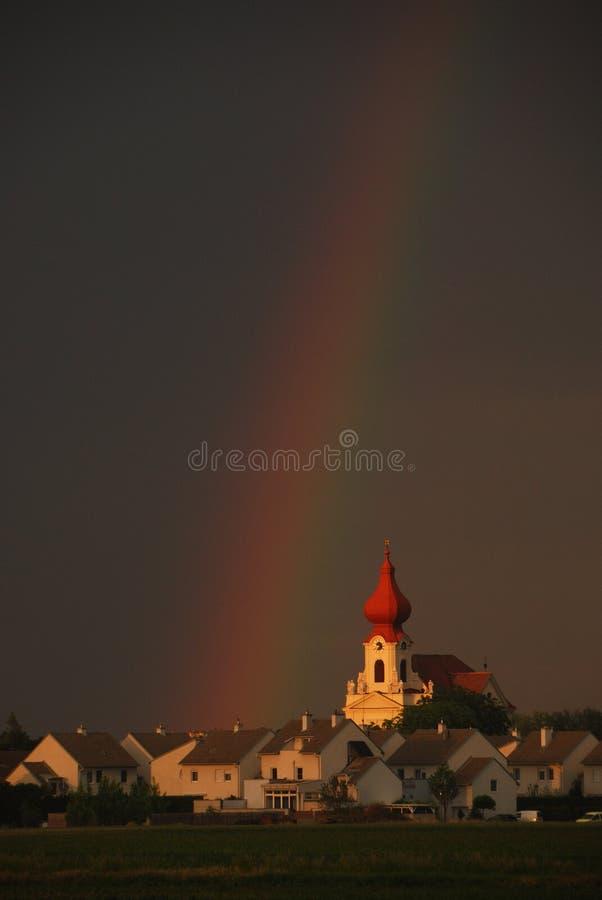 Verticale d'église d'arc-en-ciel photo libre de droits