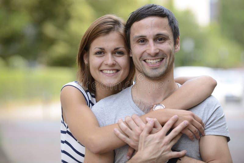 Verticale d'étreindre heureux de couples images stock