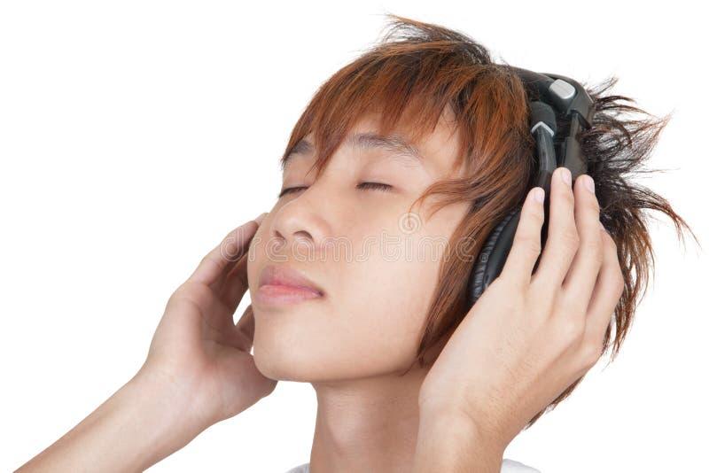 Verticale d'adolescent coréen appréciant la musique photo stock