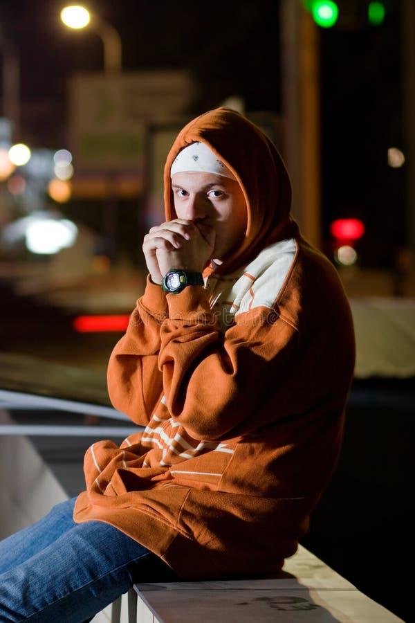 Verticale d'adolescent la nuit photo stock