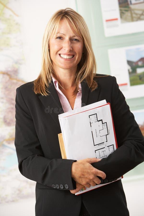 Verticale d'agent immobilier femelle dans le bureau images libres de droits