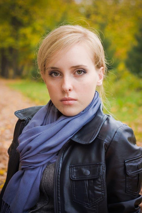 Verticale d'automne d'une fille images libres de droits