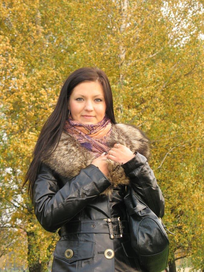 Verticale d'automne de jeune femme photo libre de droits