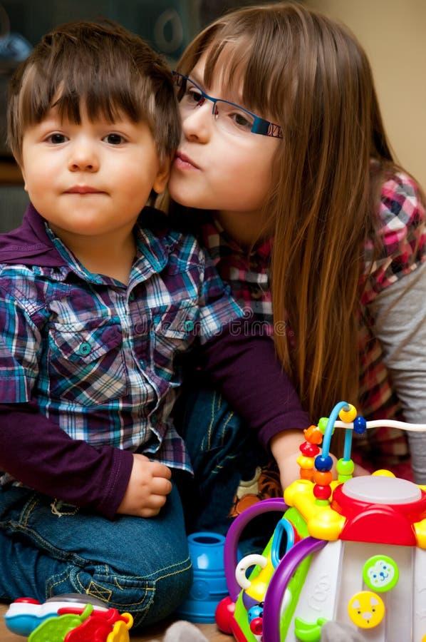 Verticale d'enfants de mêmes parents images libres de droits