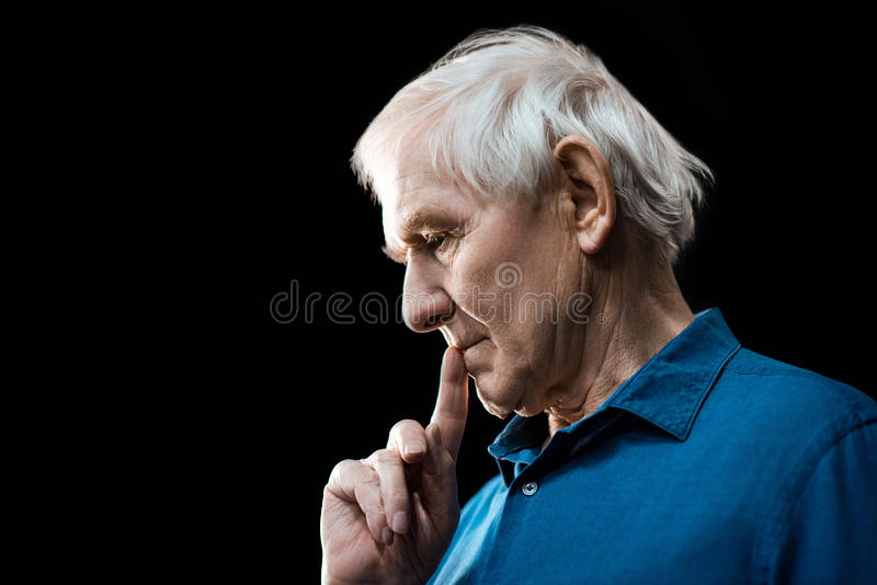 Verticale d'homme aîné songeur image libre de droits