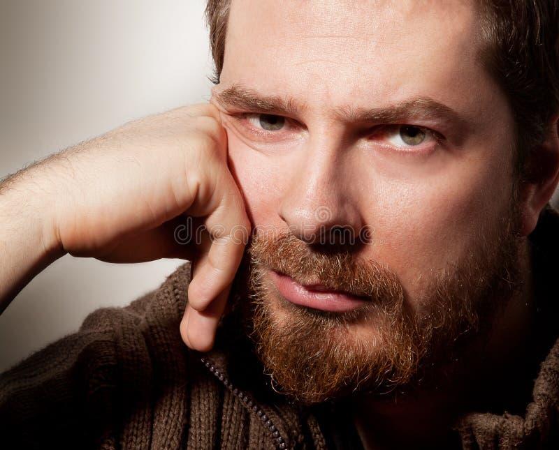 Verticale d'homme barbu calme bel image libre de droits