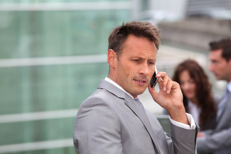 Verticale d'homme d'affaires avec le téléphone portable images stock