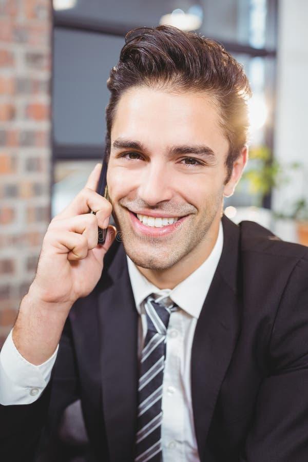 Verticale d'homme d'affaires bel parlant sur le téléphone portable photographie stock