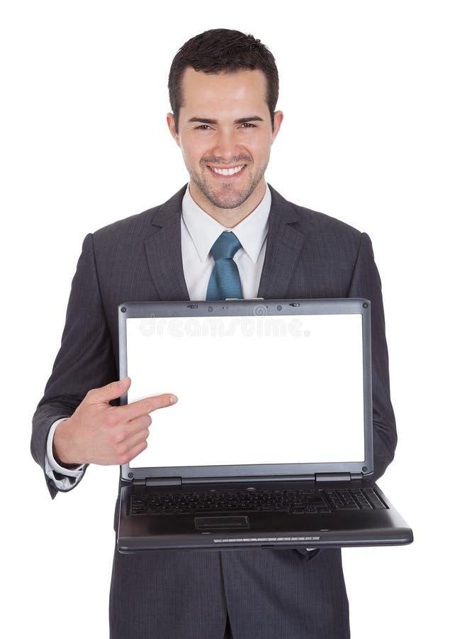 Verticale d'homme d'affaires réussi avec l'ordinateur portatif photos stock