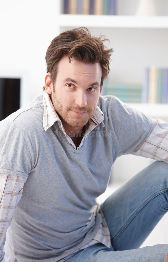 Verticale d'homme occasionnel avec le regard de interrogation photo stock