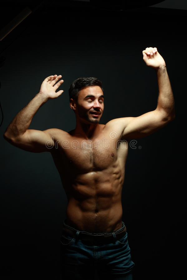 Verticale d'homme sportif de torse nu photos libres de droits