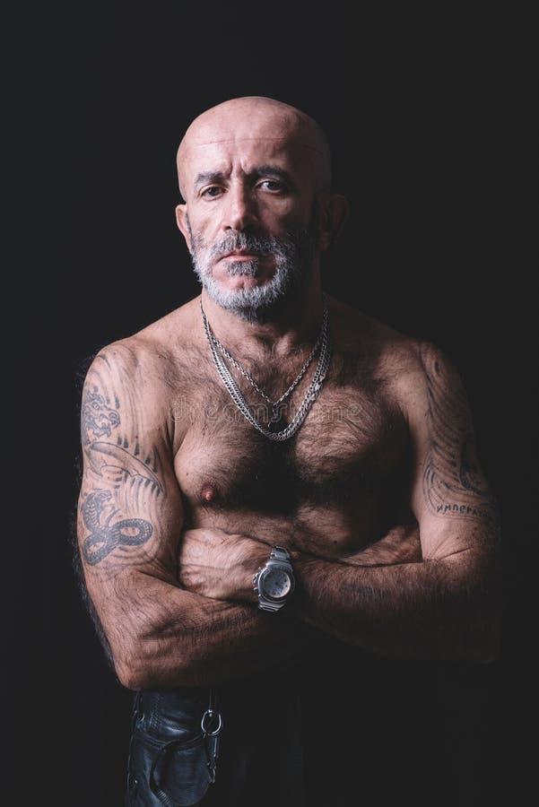 Verticale d'homme tatoué photo stock