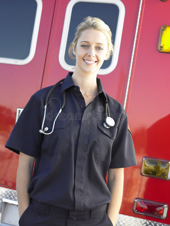 Verticale d'infirmier devant l'ambulance images stock