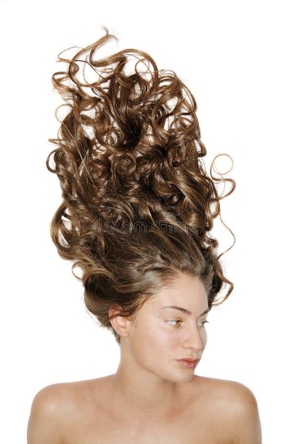 Verticale d'isolement de la fille avec le long cheveu bouclé photographie stock
