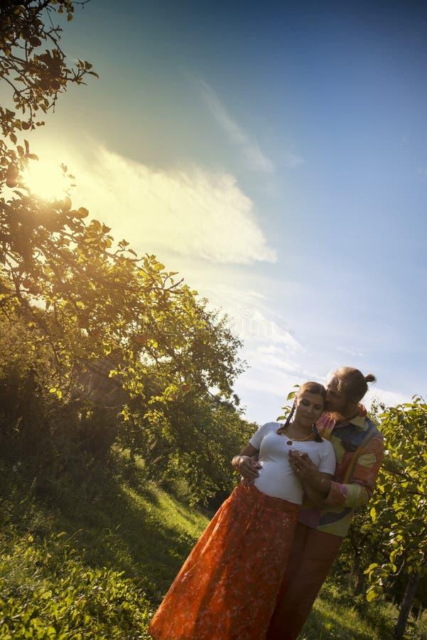 Verticale d'un beau couple photo libre de droits