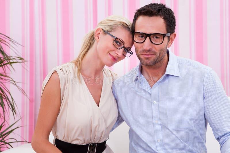 Verticale d'un beau couple photographie stock
