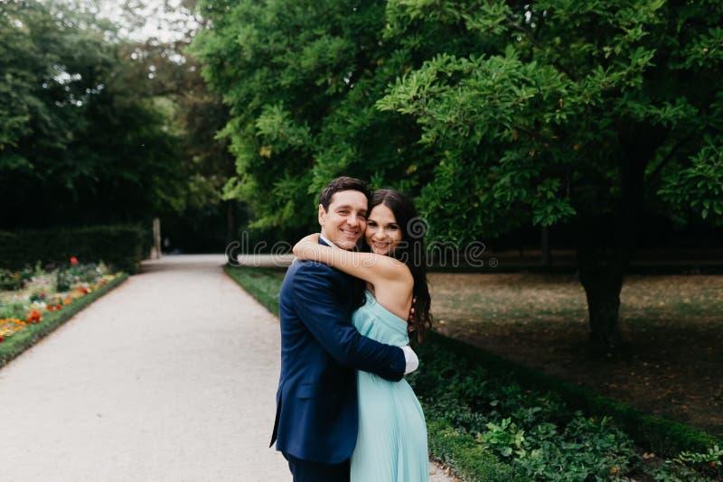 Verticale d'un beau couple de mariage photos libres de droits