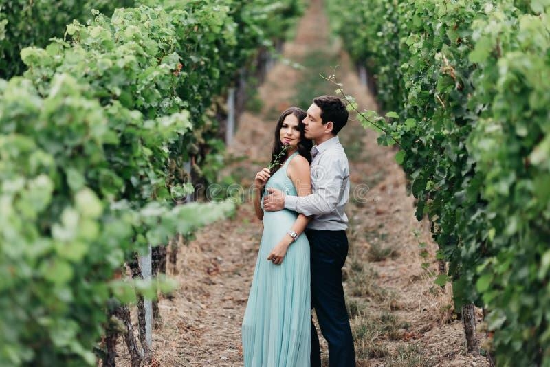 Verticale d'un beau couple de mariage photo libre de droits